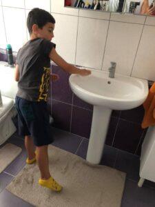 curatenie copil baie